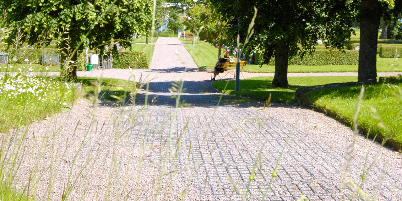 Pelleplatta markarmerar gångstråk vid Horns kyrka